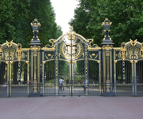 Britains-Best-Guides-Royal_Tour_2-Buckingham-Palace-Gates